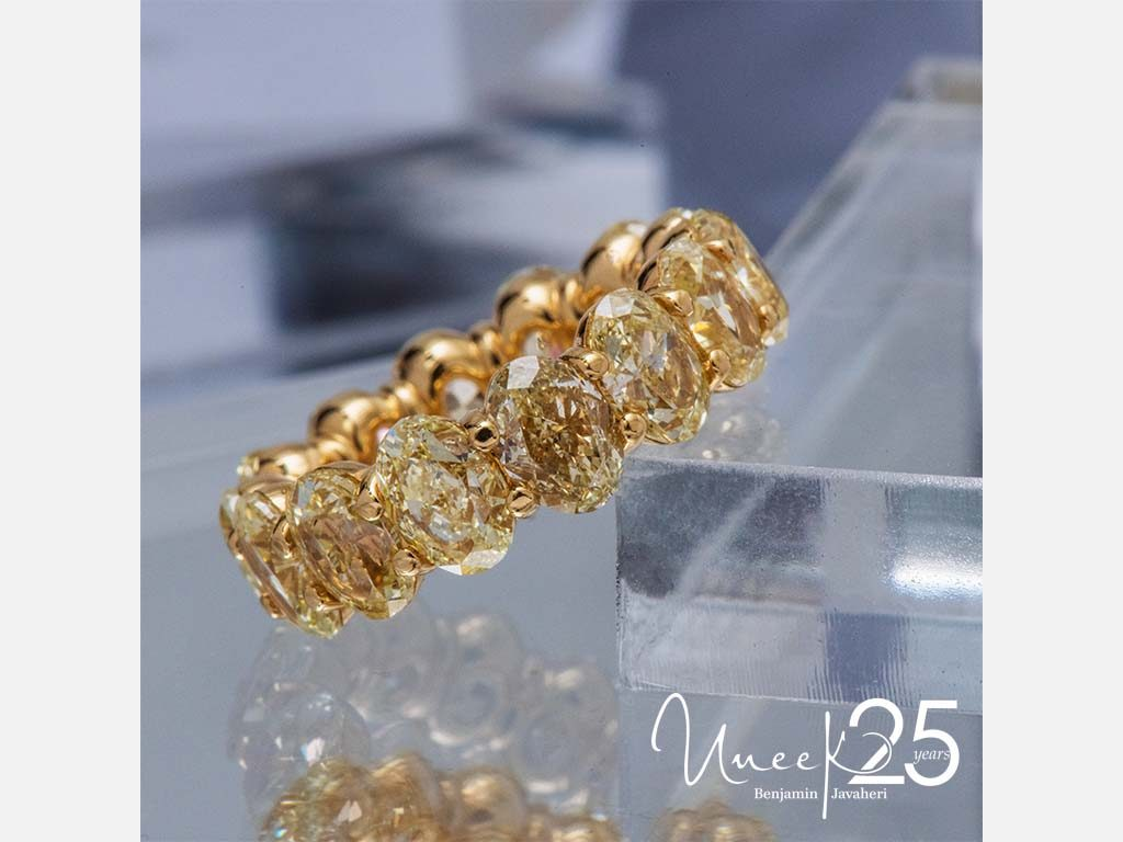 ETCOVFY1100 - Make a lasting impression with 360° of 18K yellow gold in this gleaming eternity band.